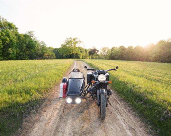 Tomado de: maddieonthings.com | Maddie y Theron viajan la mayoría del tiempo en motocicleta.