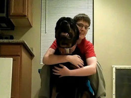 Perro no deja que joven autista se golpee