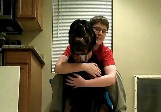 joven con autismo y su perro
