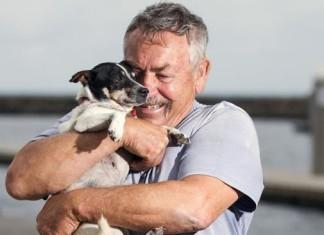 hombre se reencuentra con su perro perdido en el mar
