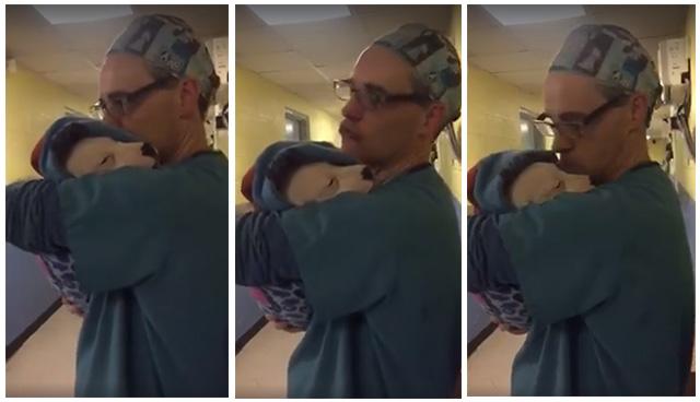 Hombre consuela a perros después de la cirugía