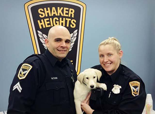 policías y cachorro