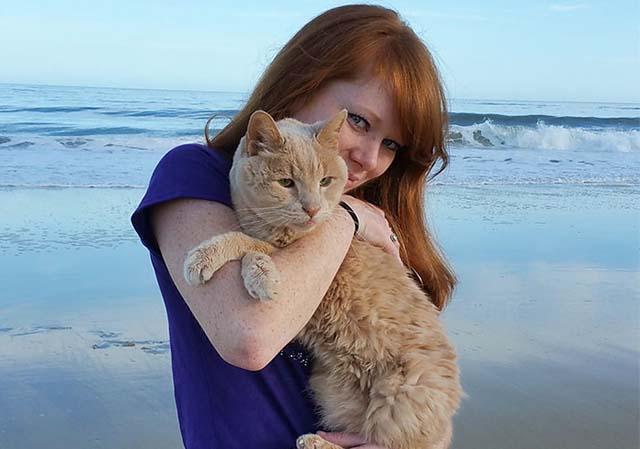 Mujer rescata a gato de 21 años