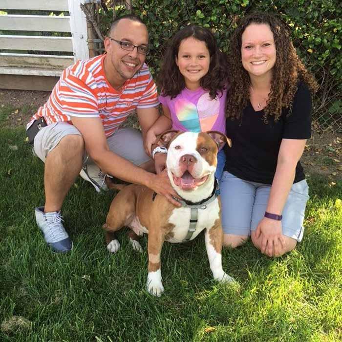 Max feliz con nu nueva familia