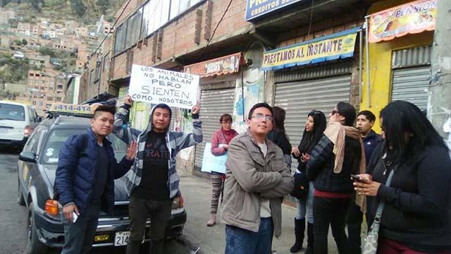Activistas en Bolivia frente a casa de maltratadores