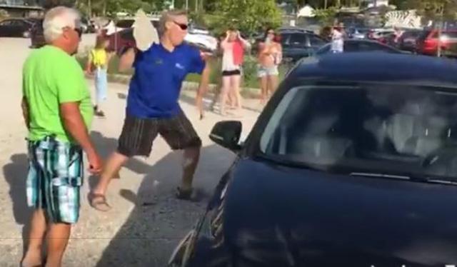 Hombre lanza una roca contra la ventanilla de un auto para salvar a un perro