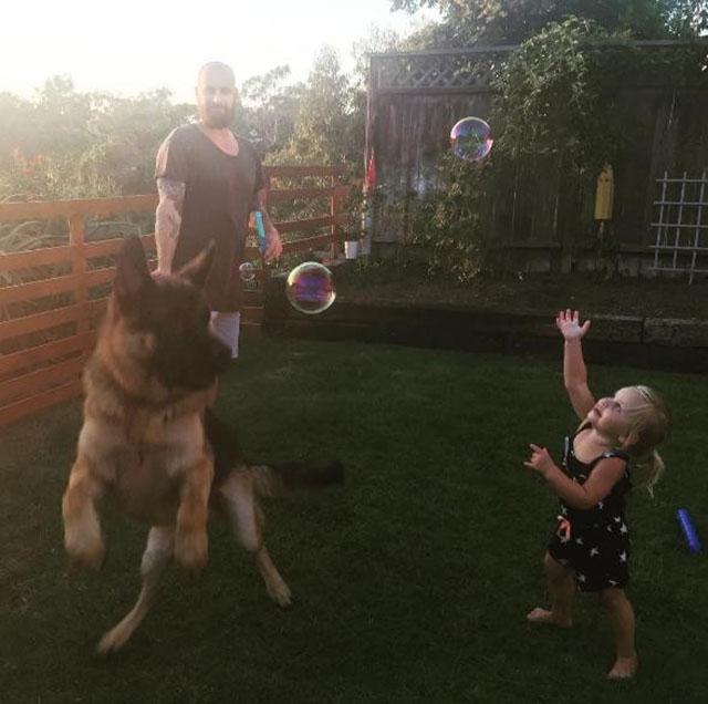 Sloane juega con Tiger