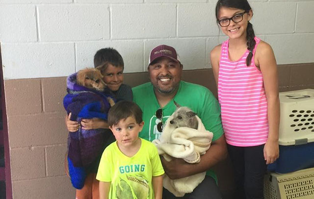 Encontraron a su perro y adoptaron a su amigo que nunca lo abandonó en las calles