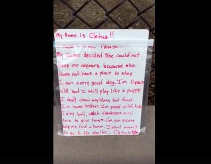 Fue abandonado junto a su caja de juguetes y una nota