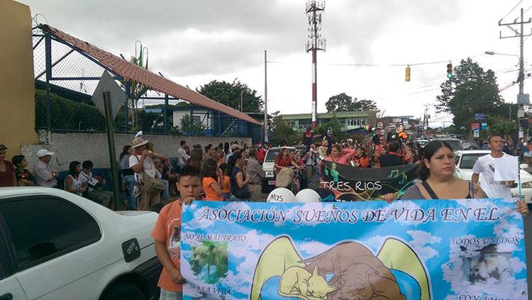 Personas marchando en Costa Rica