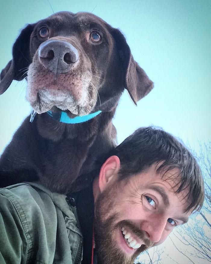 Robert hace feliz a su perra Bella en sus últimos días
