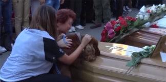 Perro demuestra gran fidelidad al despedirse de su humano fallecido en el terremoto