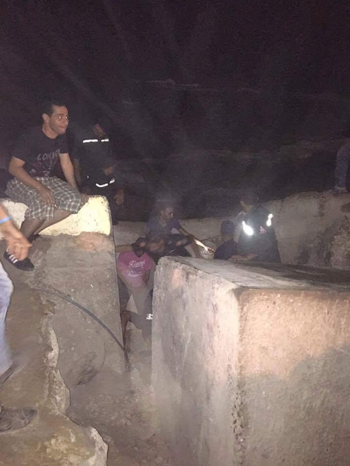 Trabajan de noche para rescatar a un perro