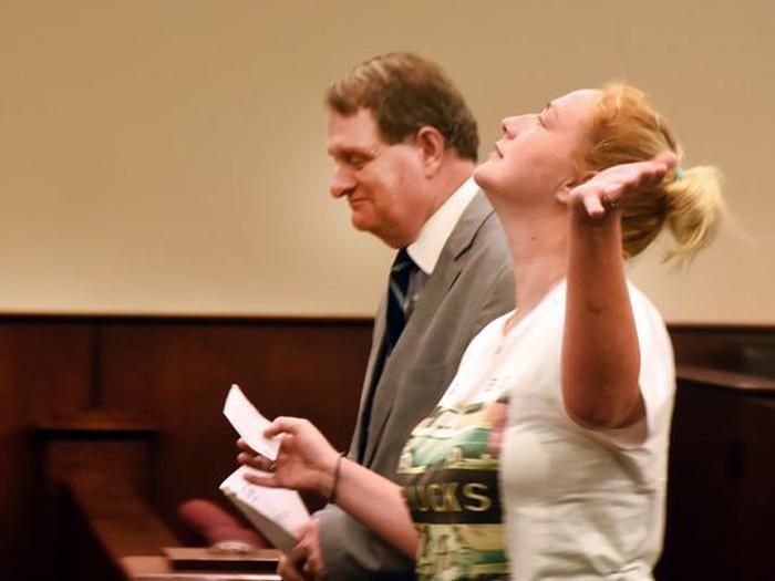 mujer ante el juez