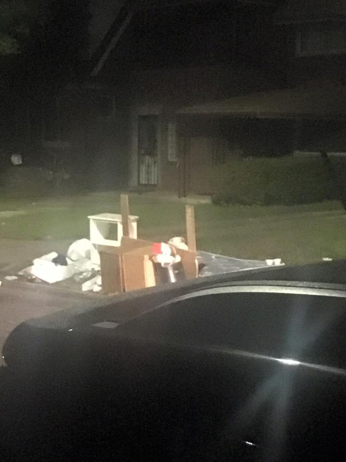 Boo permaneció junto a la basura esperando a su familia
