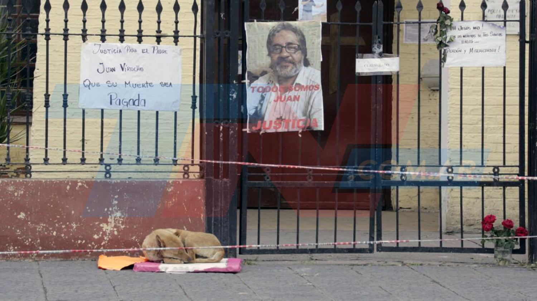 Perro espera al cura que falleció hace una semana.