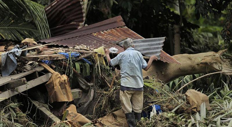 Hombre no abandonó a sus perros después de que el huracán arrasó con su casa