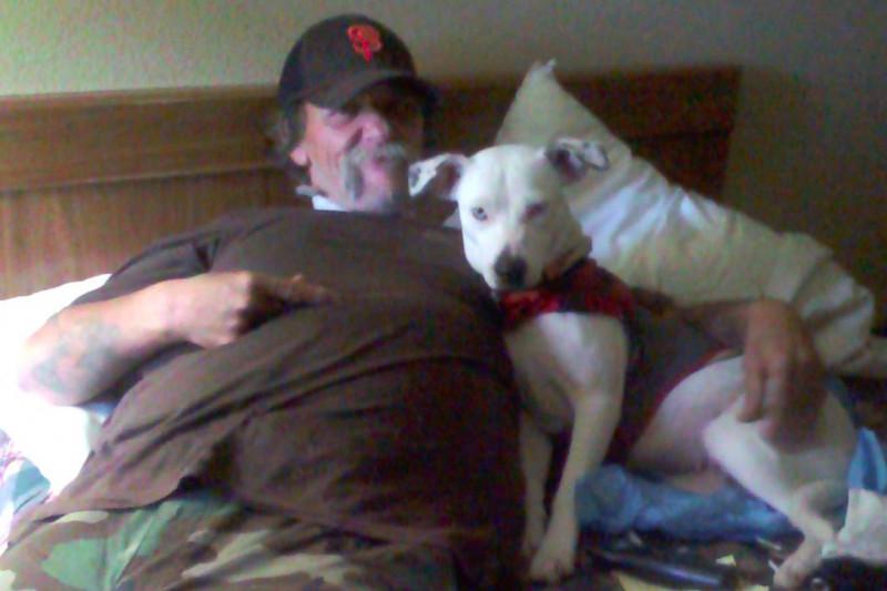 Este hombre busca un hogar para su perra