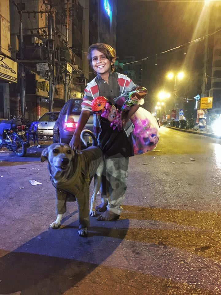 Este niño sin hogar le da su camisa a un perro callejero