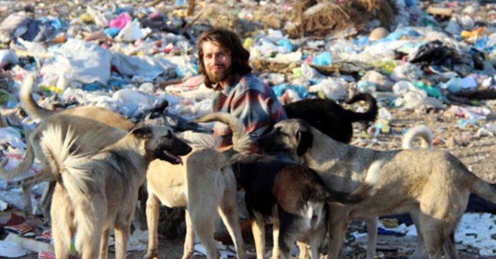 Hombre renunció a ser modelo para vivir con 500 animales abandonados