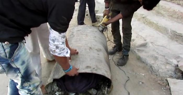 Asha estuvo atrapada en el interior de un barril de alquitrán