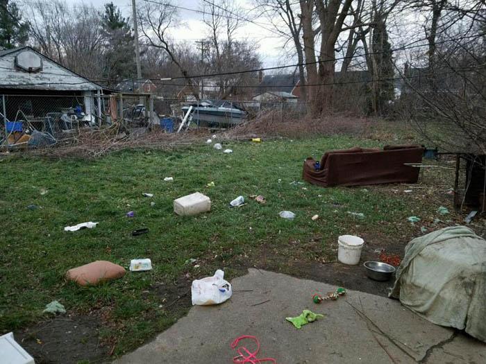 El patio de la casa en donde Tad fue abandonado