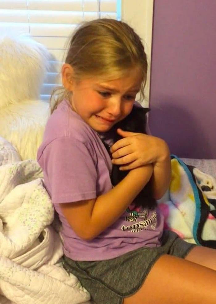 Niña adopta a un gatito