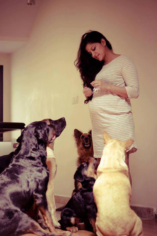 Mujer embarazada y sus perros