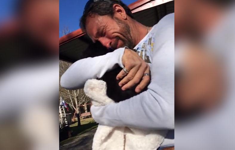 Padre llora de emoción al ser sorprendido con un cachorro