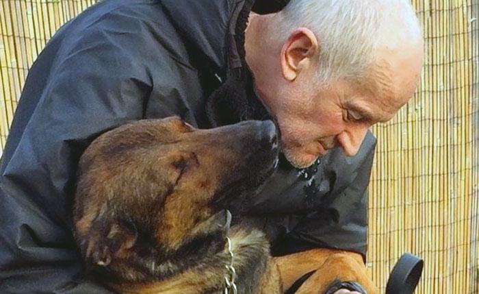 Policía tiene el corazón roto por no poder quedarse con su perro