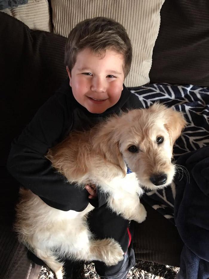 Bryce tiene un perro en casa que le brinda mucha felicidad