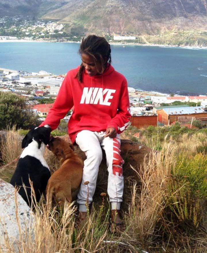 Hombre ayuda a perros sin hogar