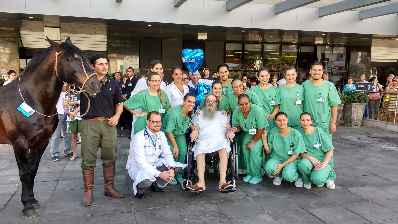 Francisco Mena y el personal del hospital