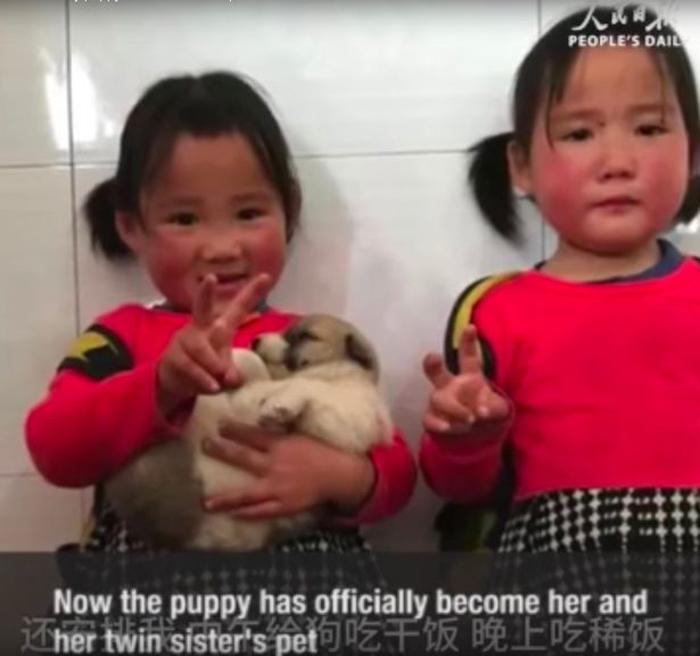 La niña, el cachorro y su hermana