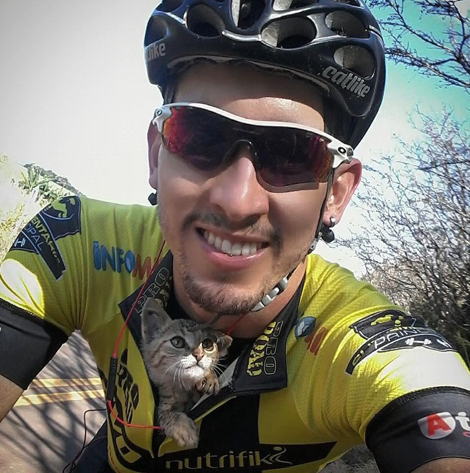 Ciclista rescata a un gatito