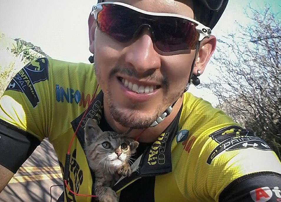 Ciclista salva a un gato