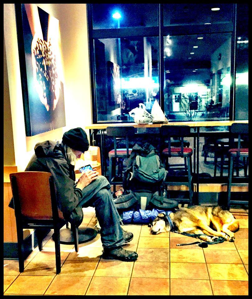 Hombre sin hogar en Starbucks
