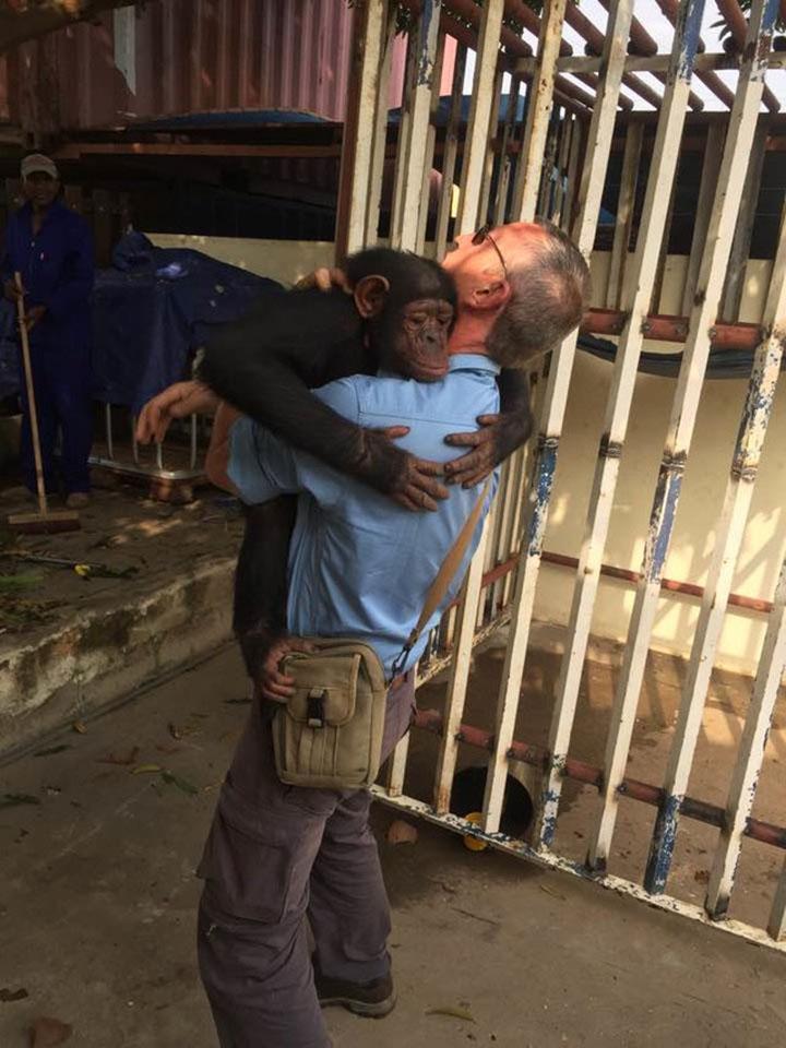 Leila abraza a John