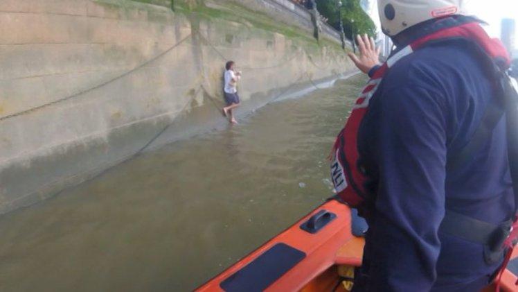 Hombre salta al río támesis