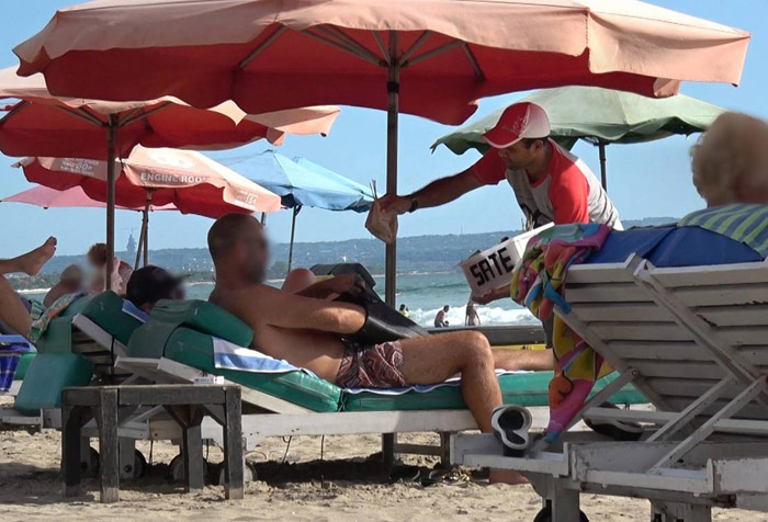 Vendedores engañan a los turistas