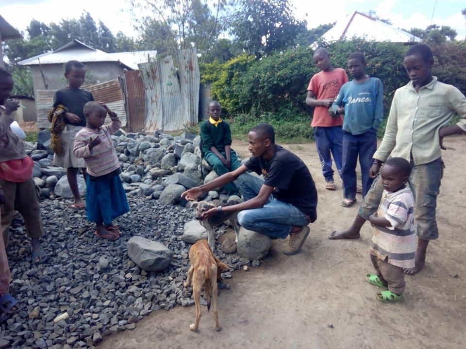 Ismael enseña a la comunidad