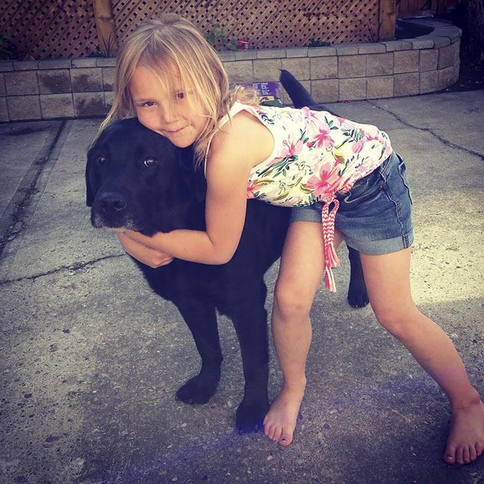 Perro y niña amigos