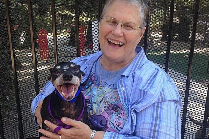 Abuela adopta al perro que nadie mas queria