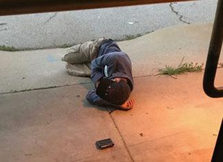 Hombre sin hogar duerme fuera del refugio animal