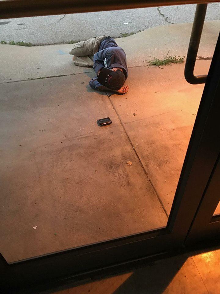 Hombre sin hogar espera encontrar a su perro