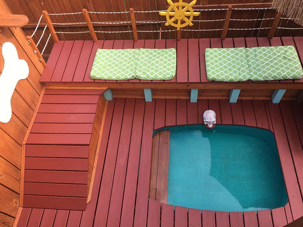 Patio para perros con piscina
