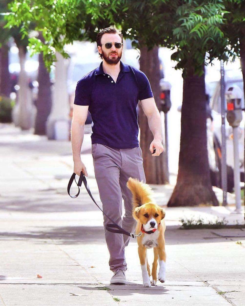 Chris pasea con su perro