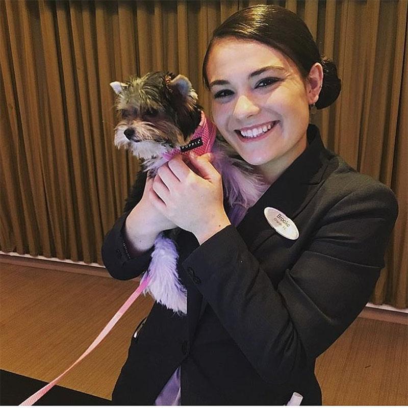 Personal de hotel con perrito