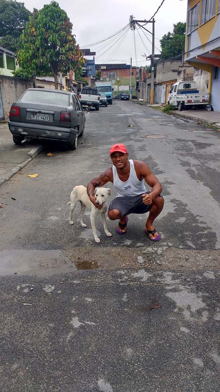 Perro se hace pis en su espalda