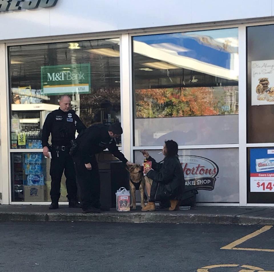 Policía da comida a mujer sin hogar y su perro